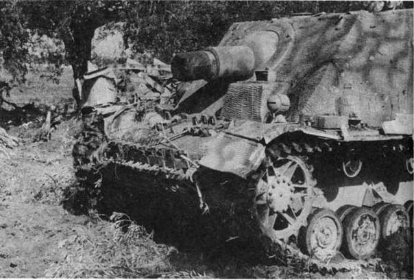 Штурмовой танк Brummb?r средних выпусков — в распоряжении механика-водителя уже имеется рубка с перископическим прибором наблюдения, но курсовой пулемет еще отсутствует
