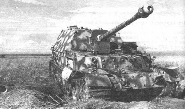 На фото вверху: САУ Ferdinand 5-й рогм 654-го дивизиона истребителей танков (sPzJager Abi.654), захваченная на Курской дуге. НИБТПолигон, 1943 год. На фото ниже: Ferdinand, подорвавшийся на мине. Центральный фронт, район Понырей, июль 1943 года