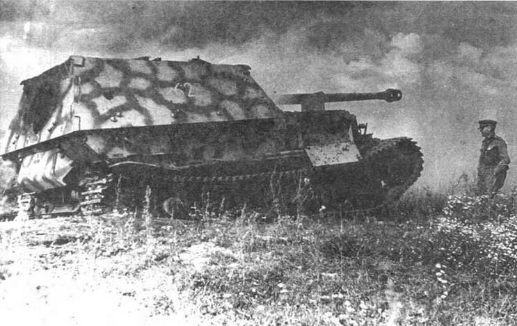 Подбитый Ferdinand из роты 654-то дивизиона. Люк для демонтажа пушки, по-видимому, сорван внутренним взрывом. Центральный фронт июль 1943 года