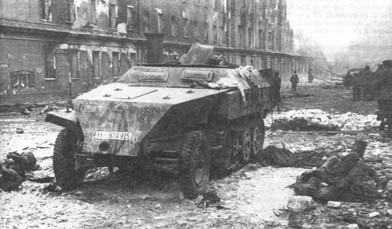 """Легкий бронетранспортер Sd.Kfz. 250/1 (new). подбитый войсками Красной Армии. Судя по эмблеме — свастика в круге, это машина 5-й танковой дивизии СС """"Викинг"""" (5.SS Panzer- Division """"Wiking""""), 1945 год"""