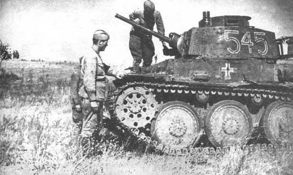 Легкие танки Pz.38(t), подбитые на Восточном фронте. На фото вверху — оставленный экипажем танк из состава 3-й танковой дивизии (3.Panzer- Division). июль 1941 года. В центре — красноармейцы осматривают одну из подбитых машин 22-й танковой дивизии (22. Panzer-Di vision), северо-западнее Сталинграда. август 1942 года