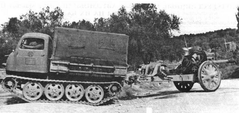 Легкий гусеничный тягач Ost со 105-мм гаубицей на прицепе