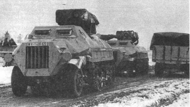 Самоходные пусковые установки Panzerwerfer 42: только что покинувшие заводской цех (вверху) и на Восточном фронте.