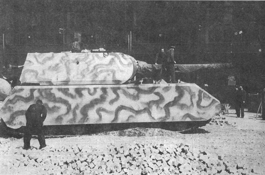Полностью готовый Maus с установленной башней, изготовленной фирмой Krupp, во дворе танкового парка в Бёблингене перед выездом на испытания. Осень 1944 года
