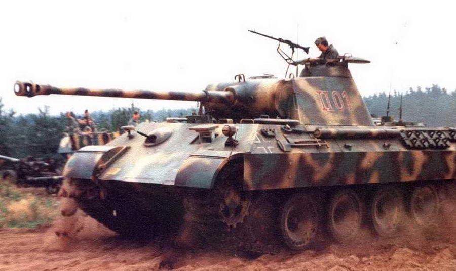 Танки Pz.I. Ausf.A и Panther Ausf.A во время показательного шоу в танковом музее в Мунстере. Германия, 1993 г.