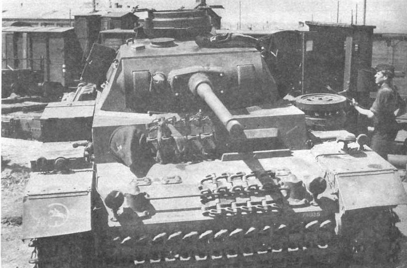 Средний танк Pz.III Ausf.J, вооруженный 50-мм пушкой с длиной ствола в 60 калибров, во время разгрузки с железнодорожной платформы. Восточный фронт. 1942 год. На правом крыле машины — тактический значок 24-й танковой дивизии (24.Panzer- Division)