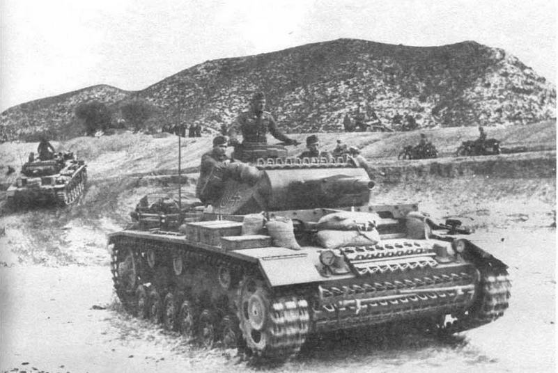 Танки сопровождения Pz.III Ausf.N из состава 501-го тяжелого танкового батальона (s.Pz.Abt.501). Тунис, конец 1942 года. Любыми средствами, в том числе мешками с песком, экипажи стремились усилить защищенность своих боевых машин