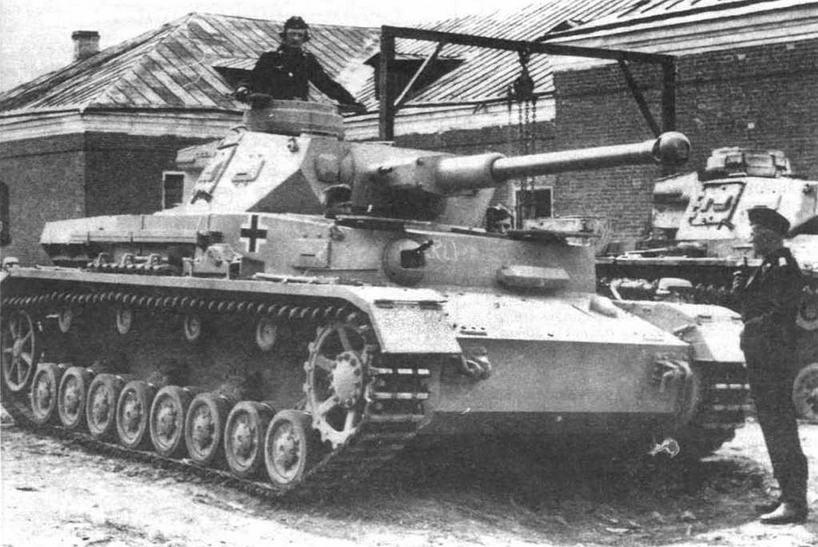 Средний танк Pz.IV Ausf.FI Судя по наличию смотровых приборов заряжающего на лобовом и правом бортовом листах башни, эта машина переоборудована из танка модификации F1