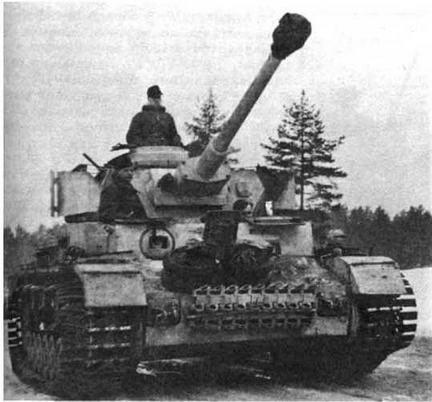 """Pz.IV Ausf.G поздних выпусков, оснащенный """"восточными гусеницами"""" (Ostkette) с насадкам и уширителями. По этой причине на машине не установлены бортовые экраны. Танк из состава моторизованной дивизии """"Фельдхернхалле"""" (Feldherrnhalle), Восточный фронт, зима 1943/1944 года"""