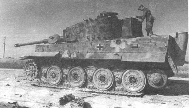 """Ни фото вверху— тяжелый танк Tiger поздних выпусков со старой ходовой частью, ниже — с новой ходовой частью. В обоих случаях боевые машины покрыты """"циммеритом"""""""