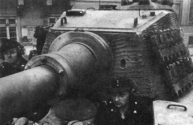 """Тяжелый танк Pz.Vl Ausf.B Tiger II. Вид на башню """"типа Хеншель"""". Под массивной броневой маской 88-мм пушки виден круглый колпак вентилятора боевою отделения. Эта машина принадлежала тяжелому танковому батальону дивизии """"Фельдхернхалле"""" (s.Pz.Abt. """"Feldherrnhalle""""). Будапешт, весна 1945 года"""