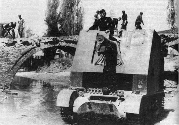 САУ из состава 704-й роты тяжелых пехотных орудий вброд форсирует водную преграду. Греции. 1941 год