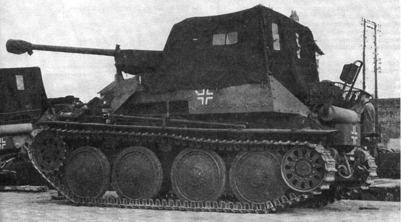 На марше в непогоду открытое сверху боевое отделение САУ Marder III закрывалось специальным тентом