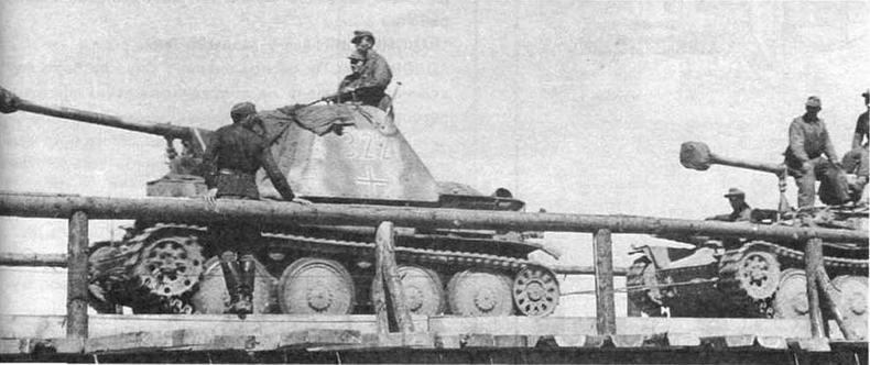 На марше — подразделение противотанковых САУ Marder III обеих модификаций. Восточный фронт, 1943 год
