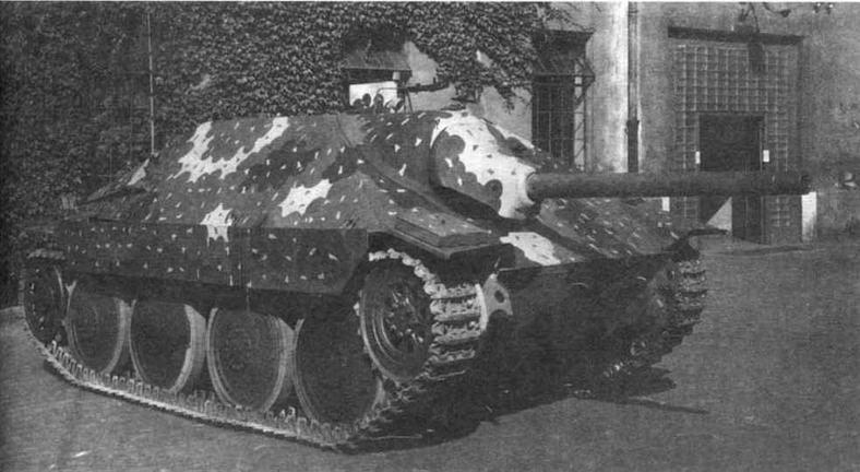 Противотанковая САУ Hetzer во дворе завода ВММ в Праге, сентябрь 1944 года