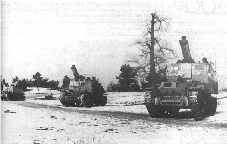 Батарея 150-мм тяжелых пехотных орудии Bison Ausf.H и Ausf.M на огневой позиции