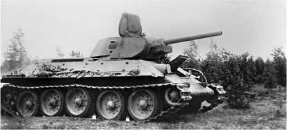 Т-34 выпуска 1941 года. Хорошо видны антенна, уложенная по походному, и бонки для крепления наружных топливных баков на борту корпуса.