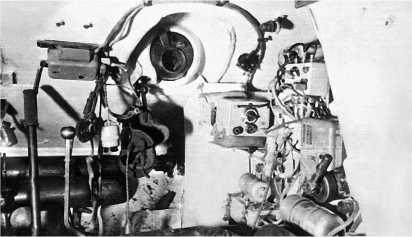 Отделение управления танка Т-34. Место стрелка-радиста. Вверху в центре — шаровая установка курсового пулемета. Справа радиостанция.