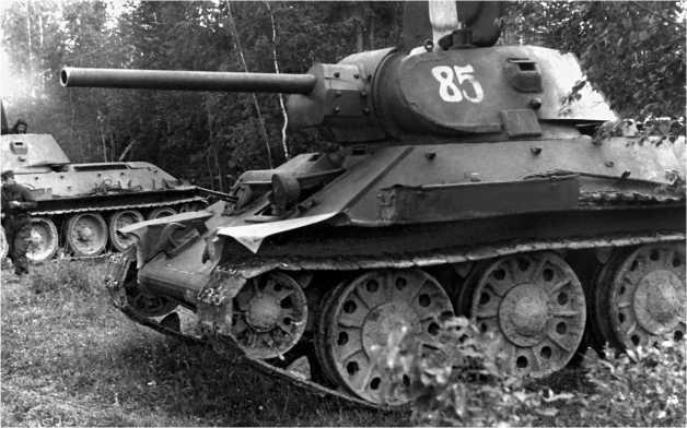Танк Т-34 производства СТЗ выпуска конца 1941 года с цельносварными опорными катками и необрезиненным направляющим колесом.