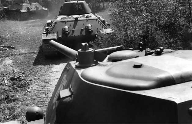 «Тридцатьчетверки» производства СТЗ. На переднем плане — машина со сварной башней и полностью съемным кормовым листом, крепившимся на восьми болтах. Перед ней в колонне — танки с литыми башнями.
