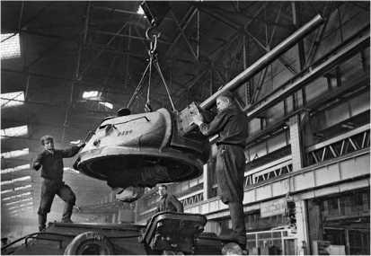 Сборка танков Т-34 в цеху завода №112 «Красное Сормово». Август 1942 года.