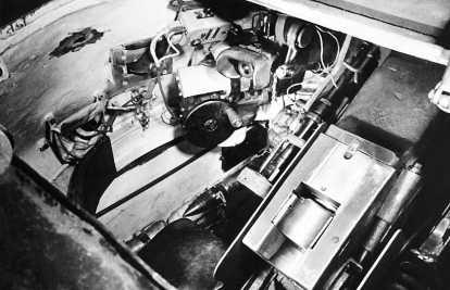 Вид внутрь башни танка Т-34 через башенный люк. Слева от казенника пушки Ф-34 хорошо различима трубка телескопического прицела ТМФД-7, выше ее — налобник и окуляр перископического прицела ПТ-4-7 и маховик поворотного механизма башни. Над последним размещен аппарат №1 ТПУ командира танка. Левее и ниже аппарата ТПУ видна рамка бортового смотрового прибора, пользоваться которым, судя по снимку, командиру танка было весьма затруднительно.