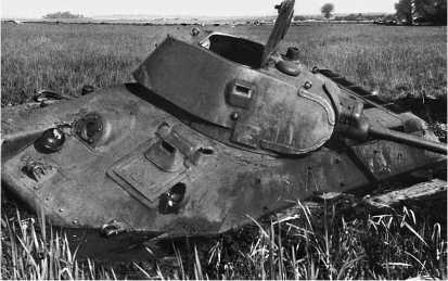 Завязшие на заливном лугу и брошенные экипажами Т-34 довоенного выпуска. Западный фронт, июль 1941 года. Пойма р. Друть под Толочином.