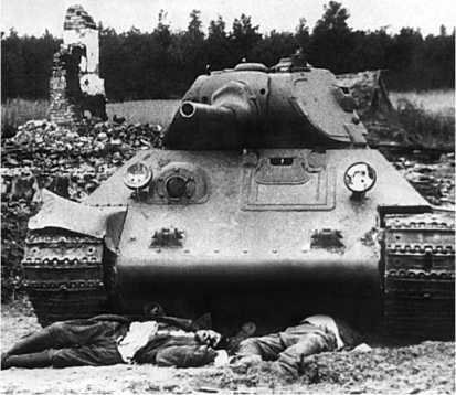 Подбитый танк Т-34 из состава 6-го механизированного корпуса и его погибший экипаж. Западный фронт, июнь 1941 года.