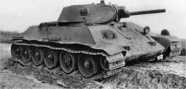 Сгоревший, судя по полному отсутствию резиновых бандажей на опорных катках, танк Т-34. На этой машине антенный ввод отсутствует, что и немудрено — из 832 танков Т-34, имевшихся в приграничных военных округах на 1 июня 1941 года, только 221 машина была оснащена радиостанциями.