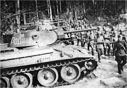 Танк Т-34 выпуска 1941 года с пушкой Ф-34. Хорошо видно, что только одна машина из пяти, стоящих в строю, оснащена радиостанцией. Второй танк вооружен пушкой Л-11. Август 1941 года.