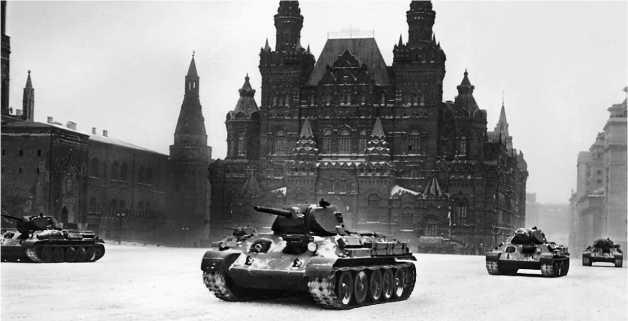 «Тридцатьчетверки» 33-й танковой бригады проходят по Красной площади. Москва, 7 ноября 1941 года.