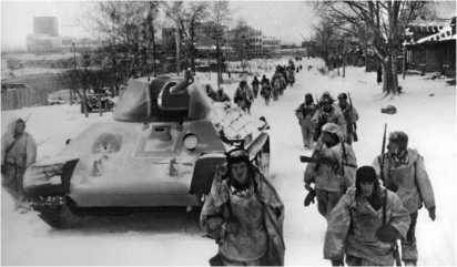 Советские войска вступают в освобожденный город Клин. Декабрь 1941 года.