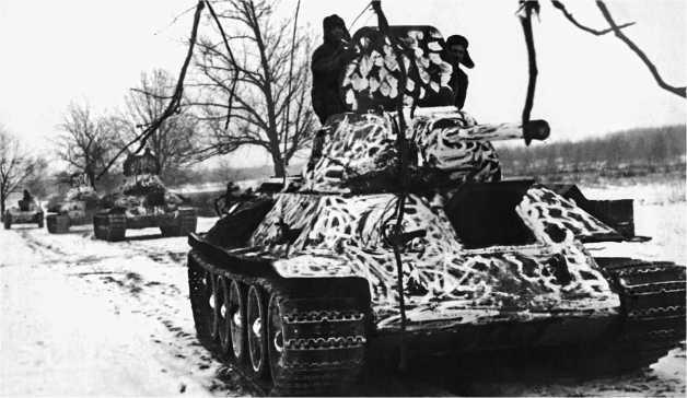 Танки Т-34 в любопытном зимнем камуфляже. Западный фронт, январь 1942 года.