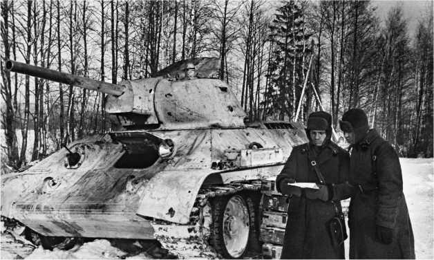 Танк Т-34 из части Героя Советского Союза капитана Филатова загружается боеприпасами. Западный фронт, 1942 год.