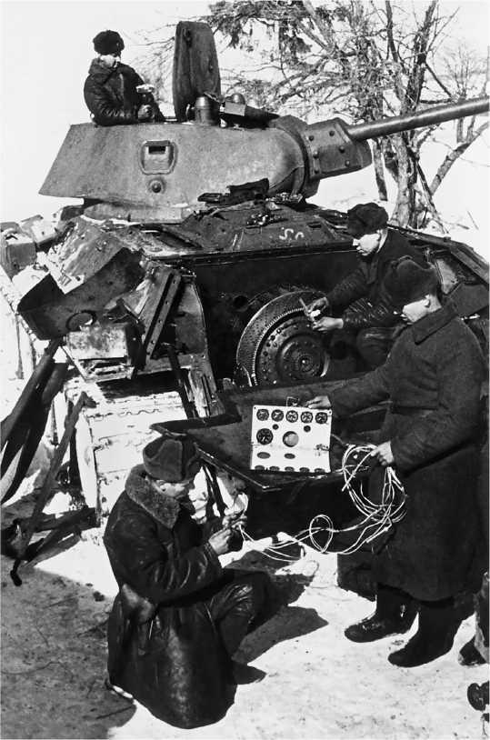 Ремонт танка Т-34 в полевых условиях. Западный фронт, ноябрь 1941 года.