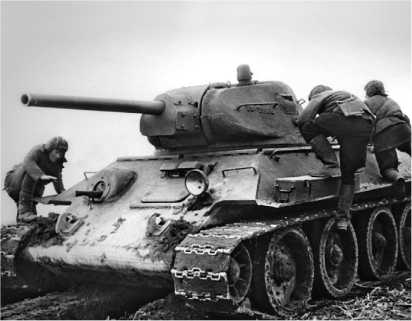 Экипаж занимает места в танке Т-34 производства завода №112 («Красное Сормово»). Калининский фронт, 1942 год.