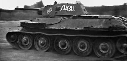 В атаке — Т-34 производства СТЗ с опорными катками с внутренней амортизацией. 1942 год.