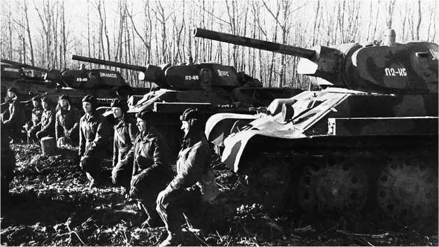 Вручение гвардейского знамени в одной из танковых бригад Юго-Западного фронта. Весна 1942 года.