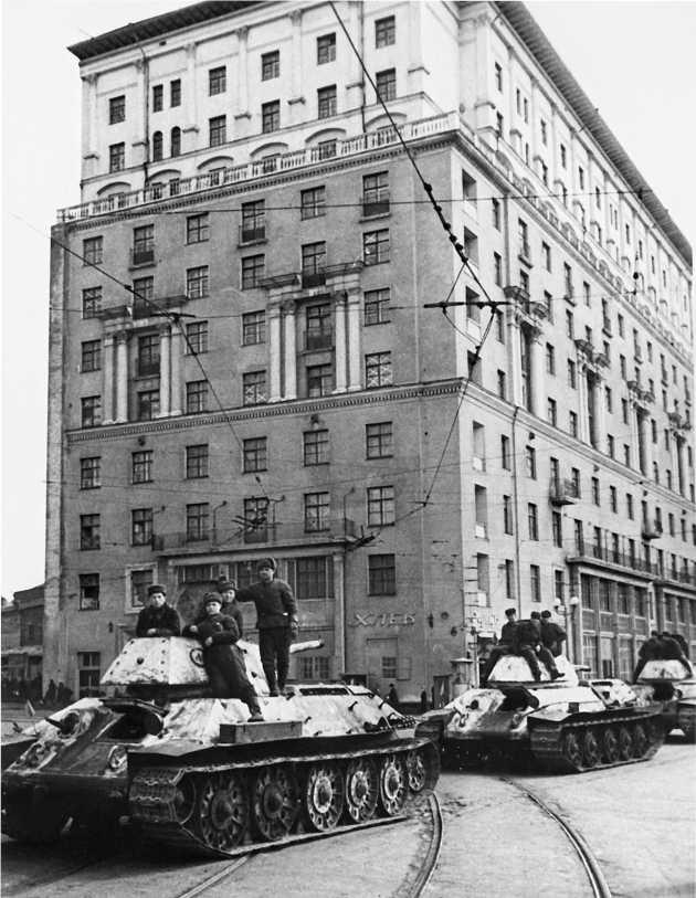 Танки Т-34 производства СТЗ на ул. Горького в Москве, 1942 год.
