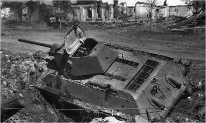Танк Т-34 производства СТЗ, подбитый на улице Воронежа. Восточный фронт, лето 1942 года.