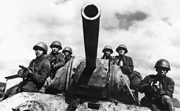 Танки Т-34 84-й танковой бригады выдвигаются к месту боевых действий. Юго-Западный фронт, май 1942 года.