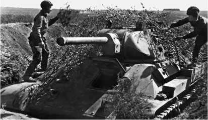 Экипаж танка Т-34 маскирует машину, стоящую в капонире. Юго-Западное направление, лето 1942 года.