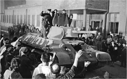 Танки Т-34, изготовленные на СТЗ, уходят на фронт. Август 1942 года.