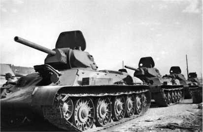 Танки Т-34 учебного танкового батальона СТЗ готовы вступить в бой. Сталинград, сентябрь 1942 года.
