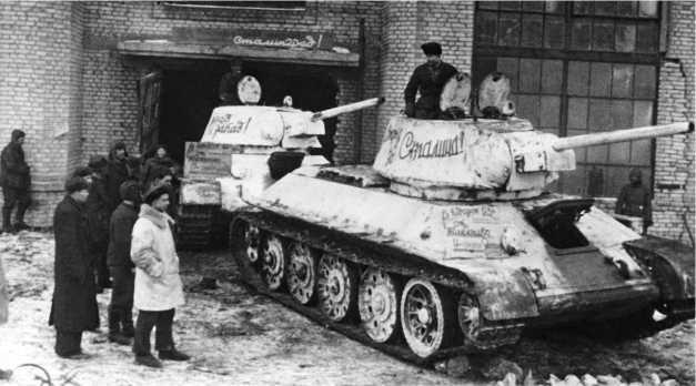 Отремонтированные танки Т-34 обр. 1942 года покидают заводской цех. 1943 год.