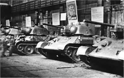 Танки Т-34 обр. 1942 года со штампованными башнями и командирскими башенками в цеху Челябинского Кировского завода. Октябрь 1943 года.