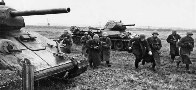 Отработка взаимодействия пехоты и танков. Ленинградский фронт, осень 1942 года. Танки Т-34 с дополнительной бронезащитой изготовлены на заводе №112 «Красное Сормово».