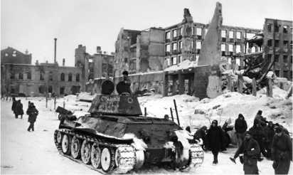 Т-34 одной из частей Донского фронта на улице Сталинграда. Февраль 1943 года.