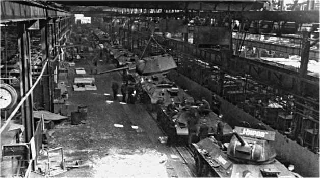 Сборочный конвейер на заводе №183 в Нижнем Тагиле. 1942 год.