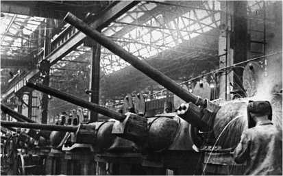 Сборка башен в цеху Челябинского Кировского завода. 1943 год. У передней башни еще не установлена подвижная бронировка пушки Ф-34.